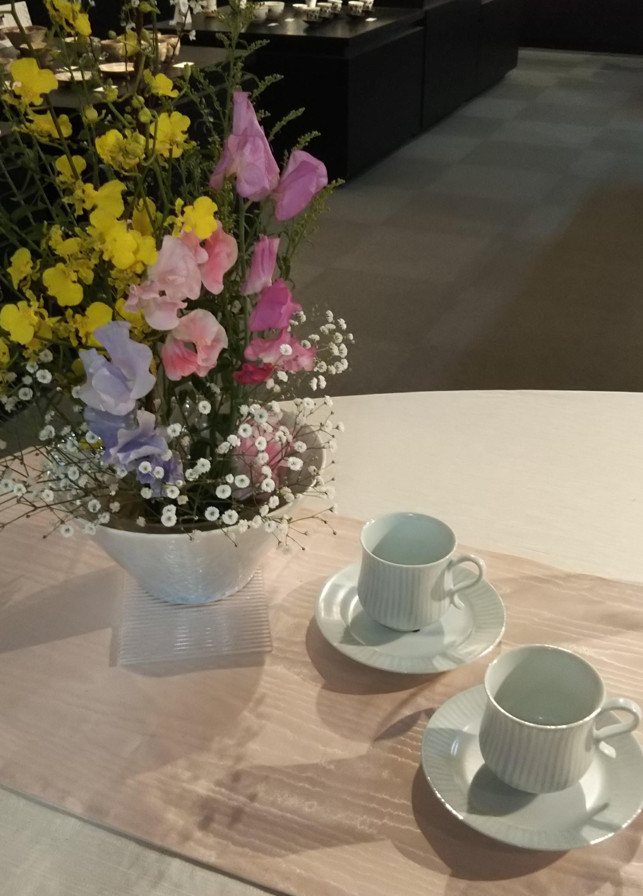 テーブル花とコーヒー (2).JPG